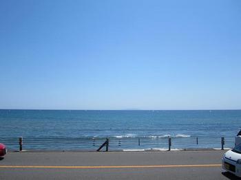 七里ヶ浜の海と空と道路.JPG