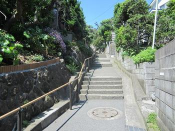 七里ヶ浜の石の階段.JPG